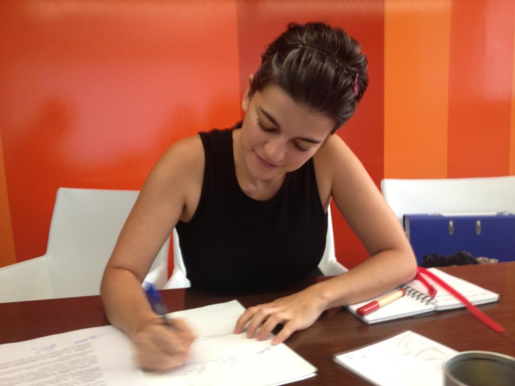 Bego firma la escritura de Júramelo SL