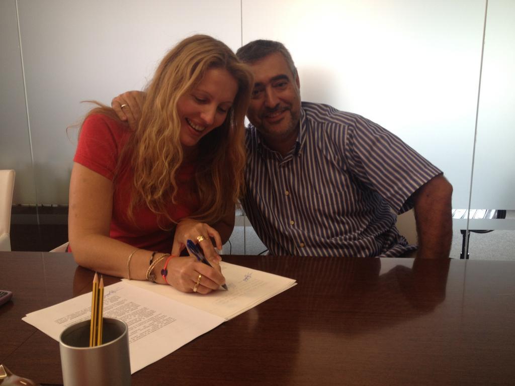 Firman María José y Jorge la escritura de Júramelo SL como empresa de traducción jurada