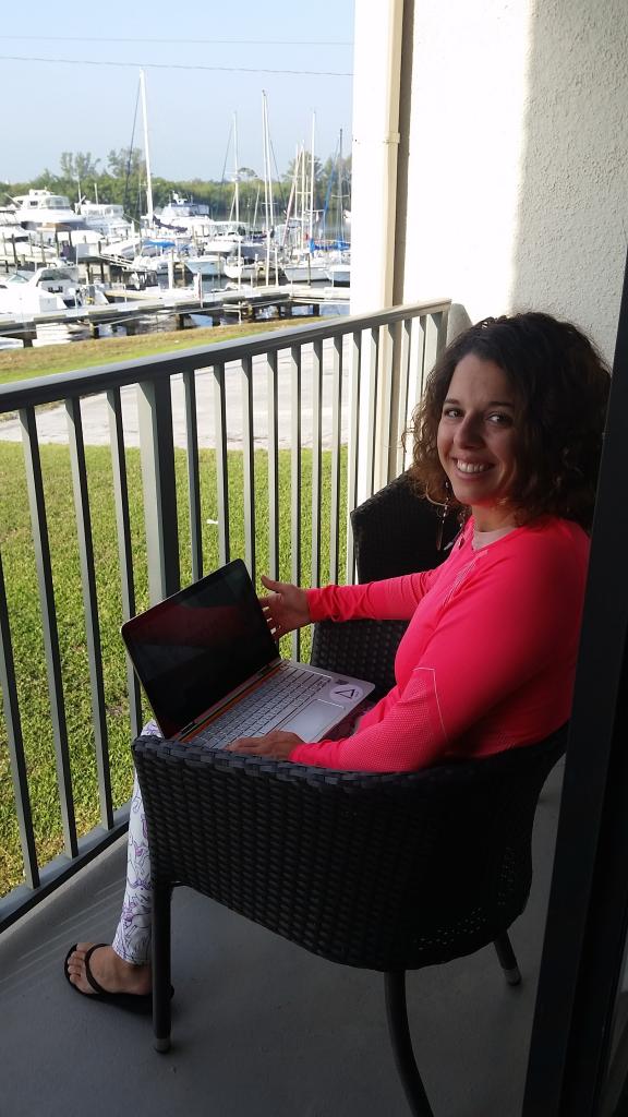 Elisa Orellana, traductora jurada, trabajando frente a un embarcadero en Florida